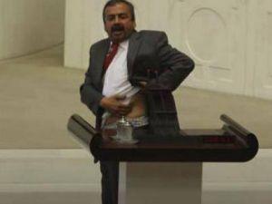 Sırrı Süreyya Mecliste Soyunuyordu