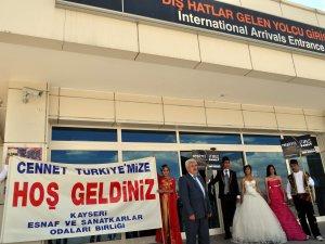 ESNAF ODASI GURBETÇİLERİ, GELİN VE DAMAT'LA KARŞILADI