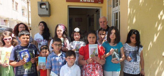 Kayseri Sahabiye Mahallesi muhtarı öğrencilere kitap hediye etti