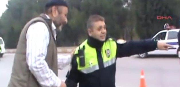 Ceza Yiyen Adam Polisle emniyet kemeri kontrolü yaptı - VİDEO