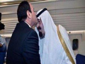 Sisi Kral Abdullah'ı alnından öptü