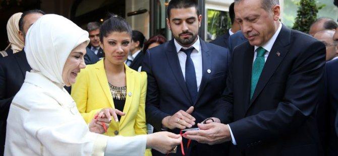 Başbakan Erdoğan Paris'te genç çiftin nişan yüzüklerini taktı