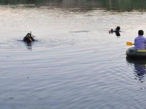Serinlemek için nehre giren babayla 2 oğlu boğuldu