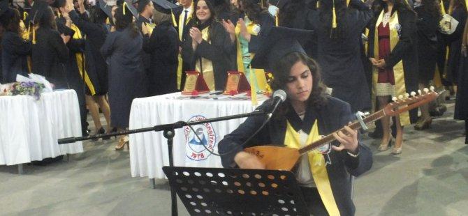 Tuğba Çimencan'ın saz eşliğinde söylediği şarkılarla öğrenciler coştu