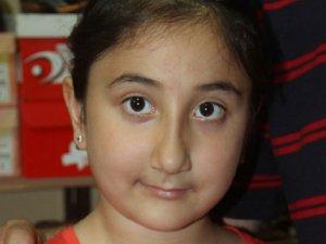 Küçük kız, kolundaki bileziği Gazze'ye gönderdi