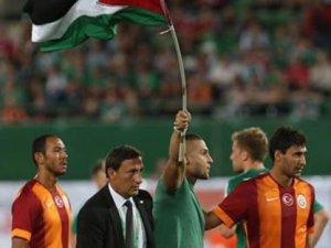 Galatasaray Maçında Filistin Bayrağı ile Sahaya Girdiler