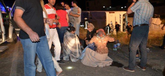 KAYSERİ'DE YOLCU OTOBÜSÜ ŞARAMPOLE DEVRİLDİ: 49 YARALI