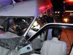 TIR ile minibüs çarpıştı: 3'ü ağır 13 yaralı