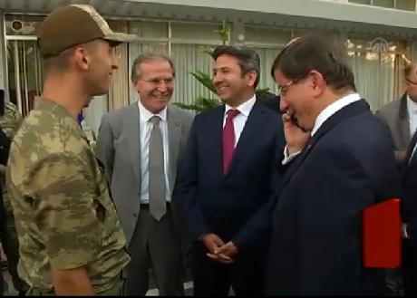 Davutoğlu ile asker ailesinin güldüren diyaloğu VİDEO