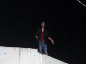 Aşkından 20 metrelik duvara çıktı