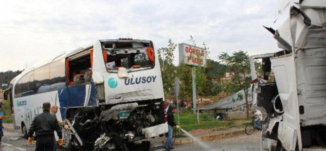 Yolcu indiren otobüse çarptı: 4 yaralı