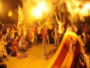 Galatasaray  taraftarı sokağa döktü