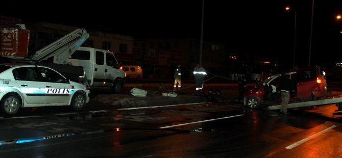 Ambar'da bir otomobil, orta refüjdeki aydınlatma direğini söktü