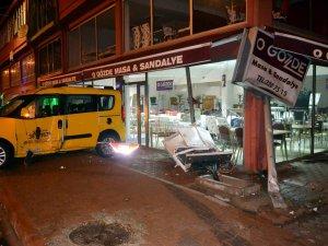 Kayseri'de yoldan çıkan taksi iş yerine girdi