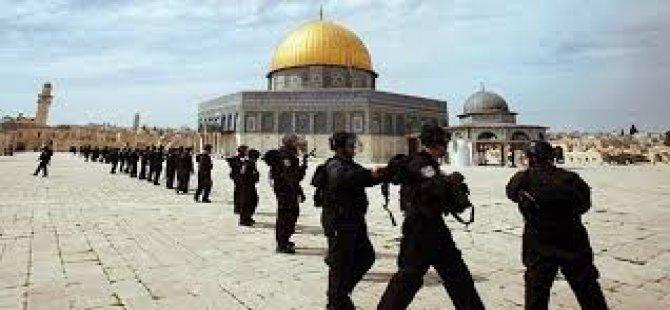 İsrail askerleri postallarıyla Mescid-i Aksa'ya girdi