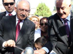 Kılıçdaroğlu aşure dağıttı