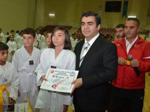 VALİ DÜZGÜN 500 TAEKWONDA'CUNUN KUŞAKLARINI TAKTI