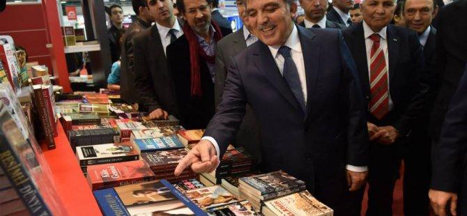 Abdullah Gül'e kitap fuarında yoğun ilgi