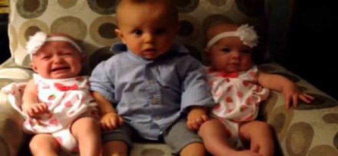 İkizlerin arasında kalan bebeğin şaşkınlığı