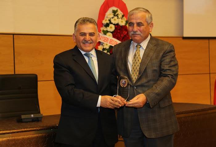 Spor ve sporcunun yanında olan Başkan Büyükkılıç'a Plaket