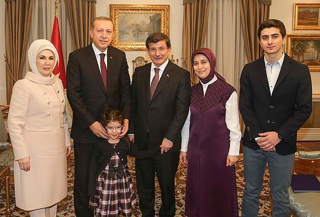 Davutoğlu ailesi Erdoğan ailesini akşam yemeğinde ağırladı