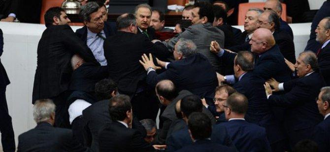 Meclis'te yine kavga çıktı! Yumruklar konuştu