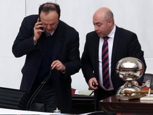 HDP'li vekil mikrofonu kırdı!