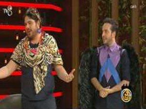 3 Adam programa kıyafet şovuyla başladı