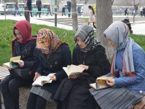 KAYSERİ GENÇ MEMUR-SEN TERÖR OLAYLARINA KİTAP OKUYARAK DİKKAT ÇEKTİ