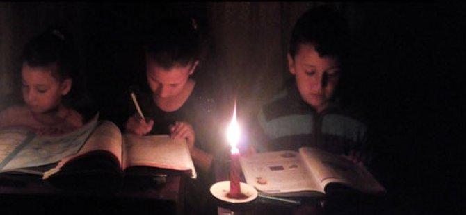 Elektriği olmayan evde üç kardeşin okuma azmi