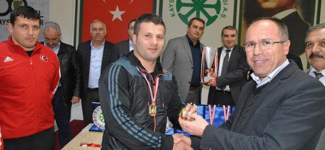 Kayseri şeker spor Güreşçileri madalyalarla döndü