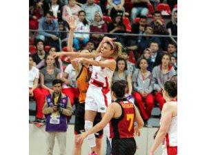 AGÜ) Galatasaray Odebank'ı 54-51 mağlup ederek seriyi 2-1 getirdi