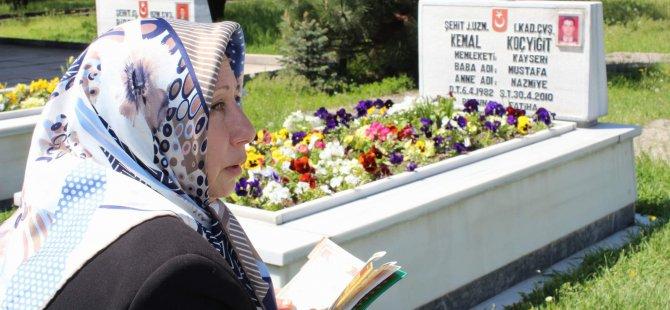Anneler Günü'nü Kartal Şehitliği'nde kutladı