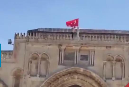 Filistinli gençler Mescid-i Aksa'ya Türk bayrağı astı - VİDEO