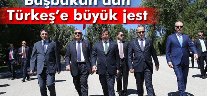 Başbakan Davutoğlu'ndan Tuğrul Türkeş'e plaka jesti