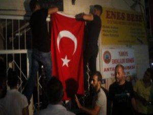 Bin kişilik grup HDP binasına saldırdı