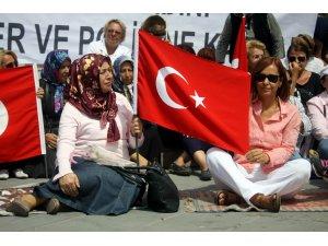 KAYSERİLİ KADINLAR ŞEHİTLER İÇİN 'SESSİZ' EYLEM YAPTI