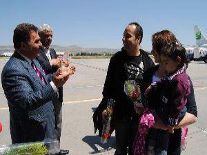Kayseri'de Gurbetçiler Çiçeklerle Karşılandı