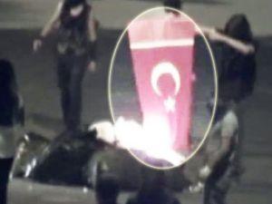 Çevreci eylemciler(!) Türk Bayrağını yaktılar