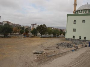 DEVELİ'DE YUNUS EMRE CAMİ ALANINDA PARKE ÇALIŞMASI