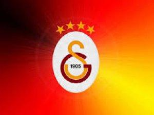 Galatasaraylı futbolcu kadına kung-fu tekmesi attı