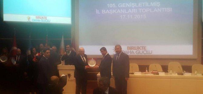 Başbakan Davutoğlu'ndan Ak Parti Kayseri İl Başkanı H. Cahid Özden'e Teşekkür Plaketi
