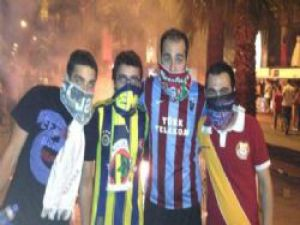 Gezi Parkı Eylemlerinde Taraftarlar Kol Kola Görüntülendi
