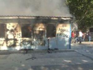 Gezi Parkı'nda Çekilme Sonrası Polis Noktaları Ateşe Veriliyor