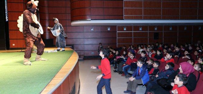 Kayseri'de Yaşlı Teyze tiyatro gösterisinde bastonla saldırdı.