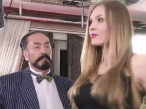 Adnan Oktar; Rus Kedicikle Göbek Atıp, Kendinden Geçti