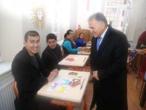 Büyükkılıç engelli öğrencilerin derslerine konuk oldu