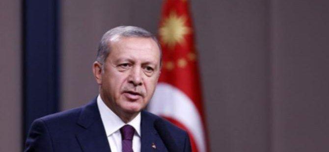 Erdoğan kitabın ortasından konuşan bir siyasetçi