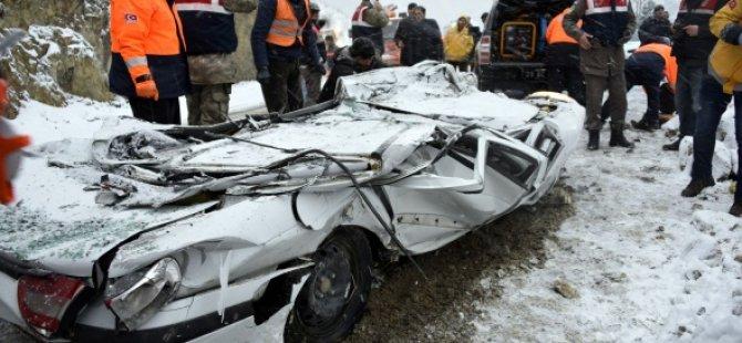 Alçı yüklü TIR otomobilin üzerine devrildi: 2 ölü
