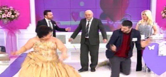 Evleneceksen Gel - Mustafa ve nişanlı çifttin apaçi dansı şaşırttı